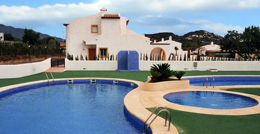 Bungalow en Calpe, Costa Blanca.. A magnificent bungalow with 3 bedrooms in a privileged area, just 1.5 km from the centre of Calpe and 2 km from the Poniente Beach.