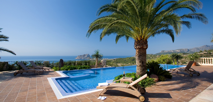 Luxury Villa in the Costa Blanca..Luxury villa on the Costa Blanca, with 5 bedrooms fully equipped with quality materials and design. Stunning sea and the Peñón de Ifach.Plot of 3500 m2 with a large garden, a swimming pool with jacuzzi, parking and guest apartment.